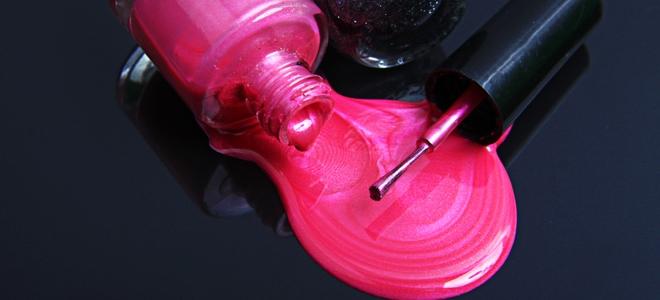 Come rimuovere le macchie di smalto dalla pelle