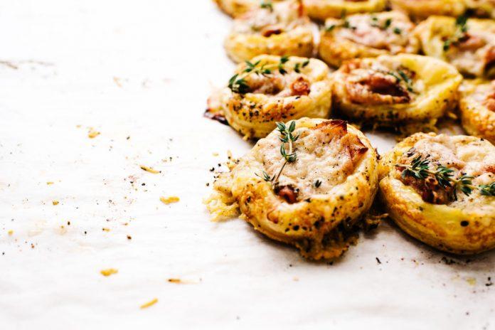 Crostate di pasta sfoglia Monsieur con mini prosciutto e formaggio