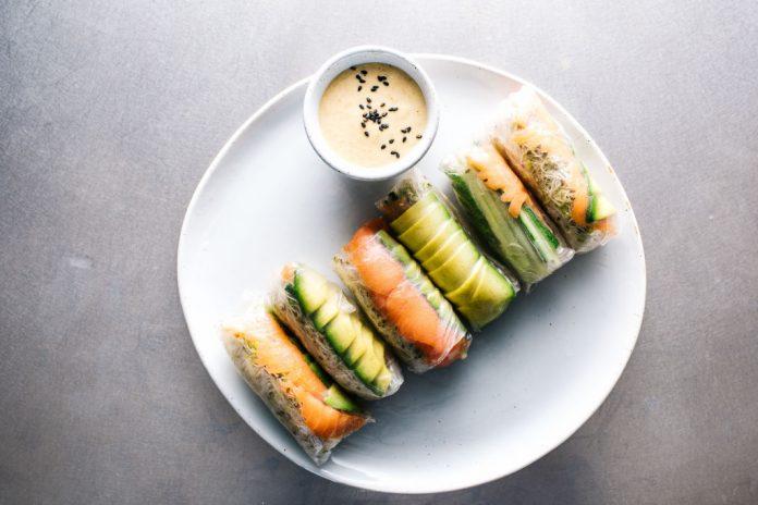 Involtini estivi di salmone affumicato e avocado
