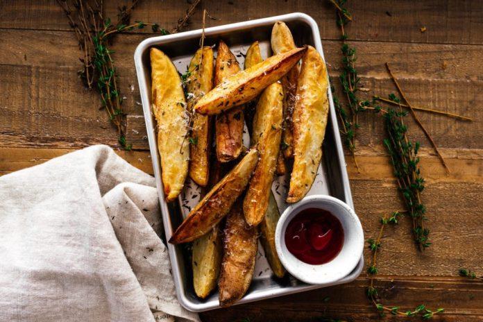 Patatine fritte croccanti con friggitrice ad aria parmigiano e timo