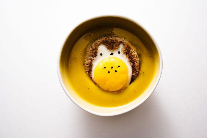 Zuppa di zucca giapponese Kabocha con toast di uova Totoro