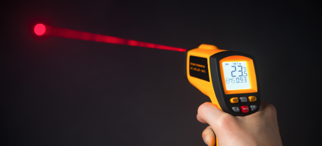 Controllo della temperatura dellacqua con un termometro laser a infrarossi