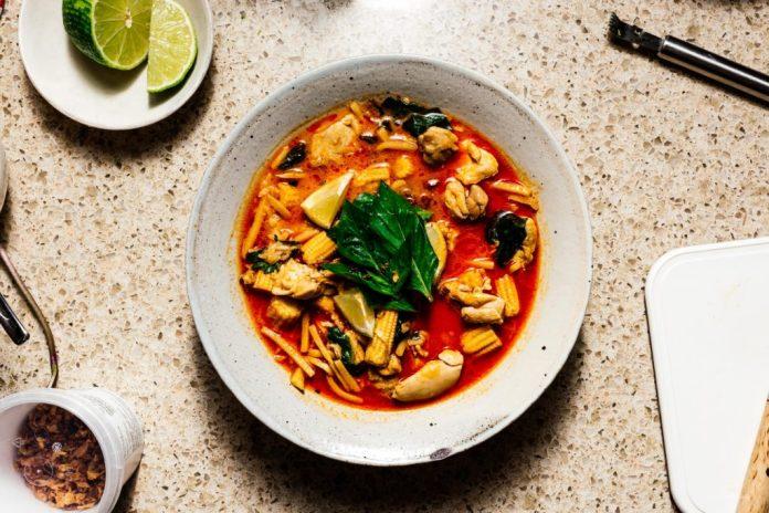 Pollo rosso tailandese del curry con la ricetta dei germogli