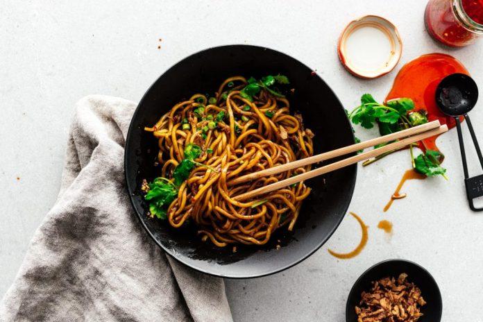 Ricetta minuti di settimana facile Pantry Chili Noodles