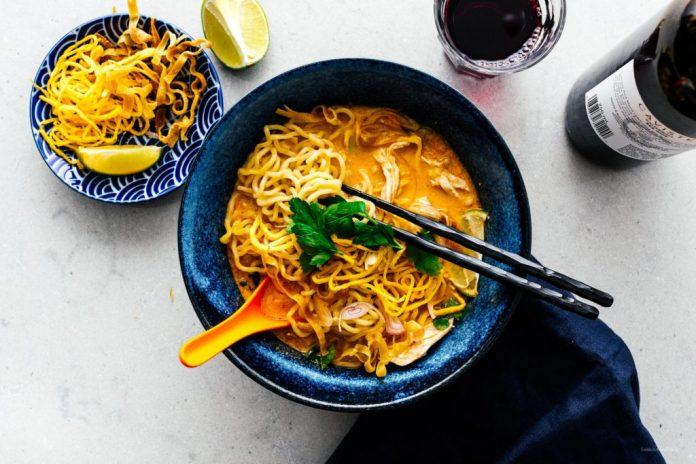 Ricetta tailandese della minestra di pasta del pollo del curry