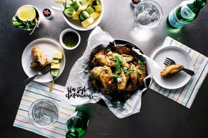 Ali di pollo fritte al forno tailandesi piccanti