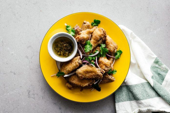 Ali di pollo vietnamite della friggitrice ad aria