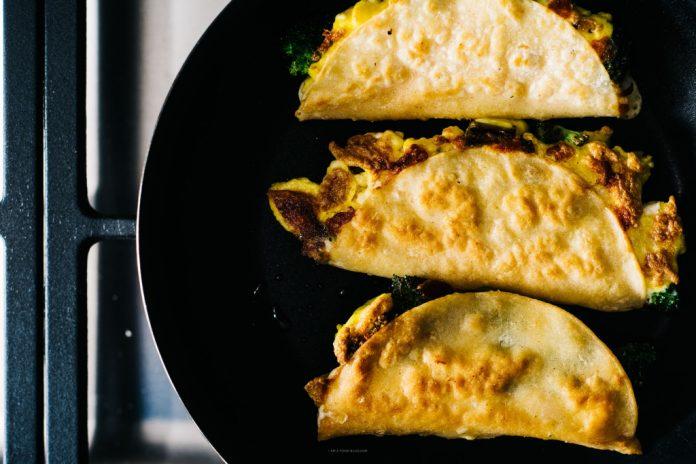 Colazione Quesadillas con broccoli formaggio cheddar e uova