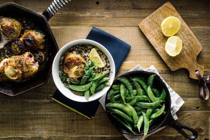 Cosce di pollo al rosmarino arrostite al forno piselli con
