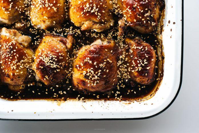 Cosce di pollo al sesamo al forno facili da forno