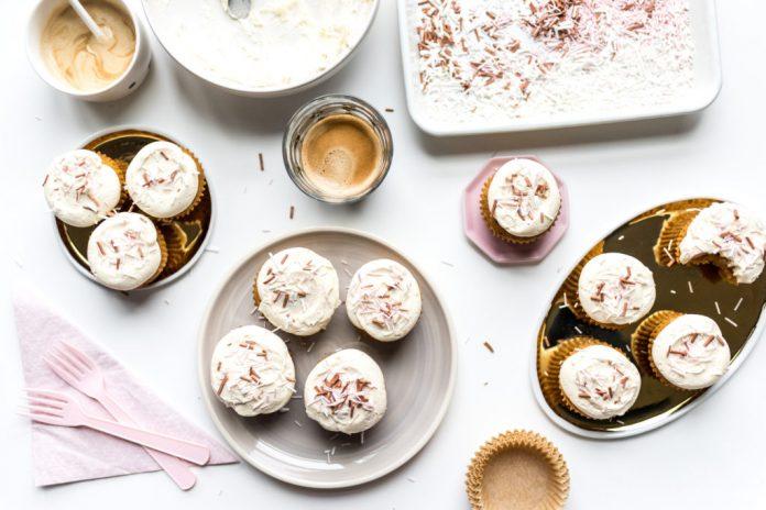 Cupcake alla zucca in una ciotola con glassa marrone al