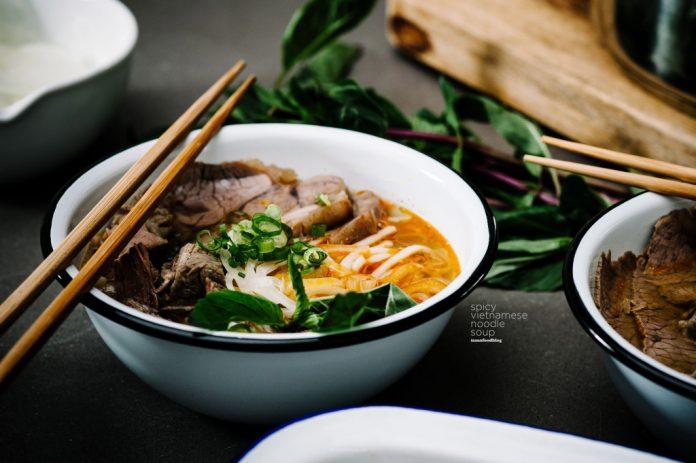 La minestra di pasta piccante vietnamita che non hai mai