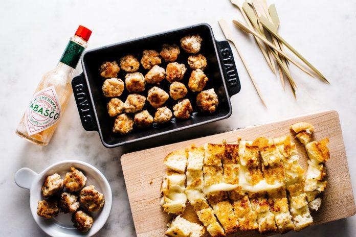 Polpette di pollo piccanti e spiedini di formaggio alla griglia
