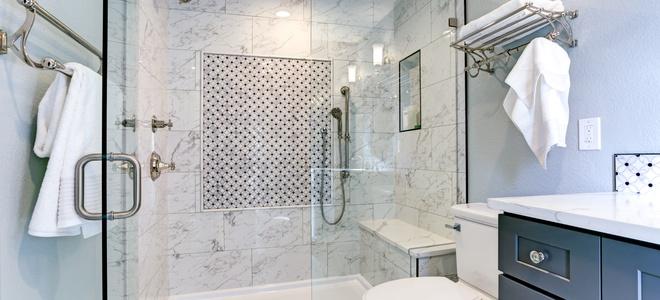Pulizia del vetro della porta della doccia rimozione delle macchie