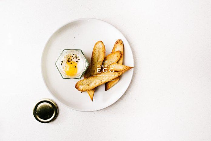 Purè di patate uovo morbido in padella e pane tostato