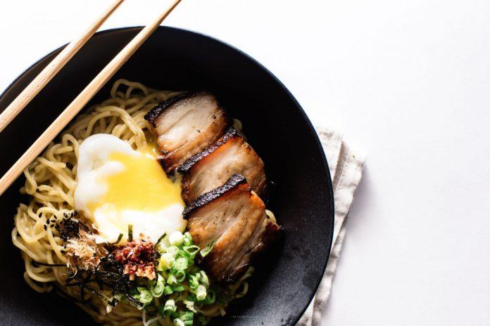 Ramen con pancetta e uova