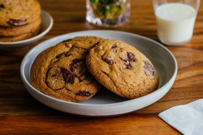 Ricetta del biscotto di pepita di cioccolato marrone e caramello