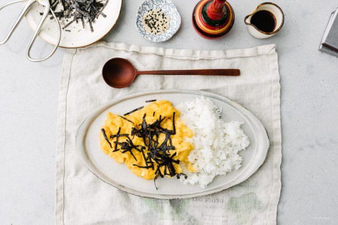 Ricetta per la ciotola di riso Tamago giapponese rimescolata morbida