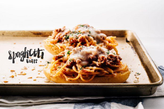 Spaghetti alla bolognese su barche croccanti di pane allaglio