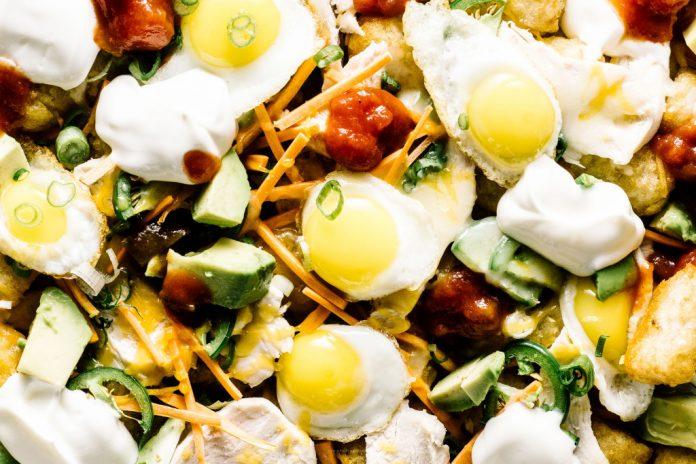 Totchos per la colazione con uova di quaglia soleggiate avocado