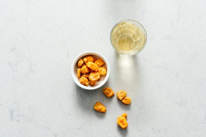 Una ricetta dei soffi del formaggio del popcorn di cheto