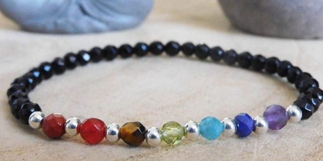 Le diverse pietre naturali in un braccialetto di chakra