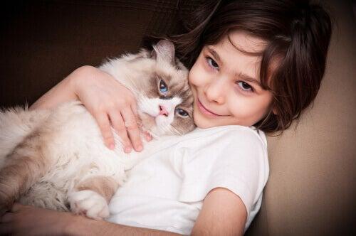 Usare i gatti come terapia per i bambini con autismo