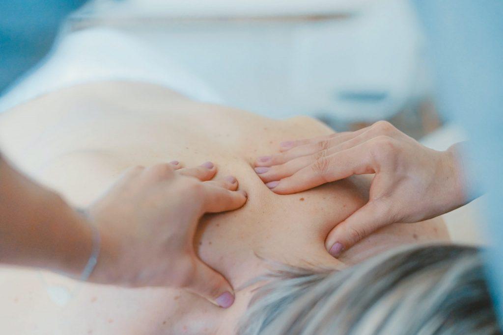 Trattamenti per il mal di schiena sotto un chiropratico..